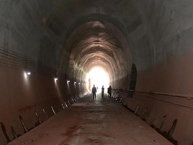 中老铁路第1条隧道全线贯通
