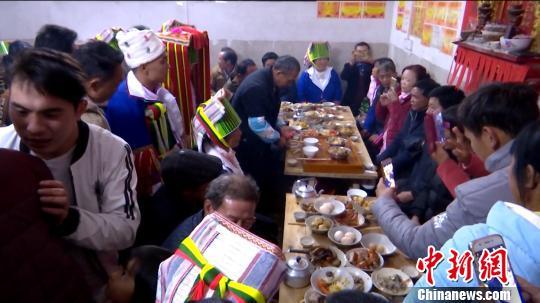 实拍广西土瑶传统婚俗:三天三夜长桌宴 通宵祝酒