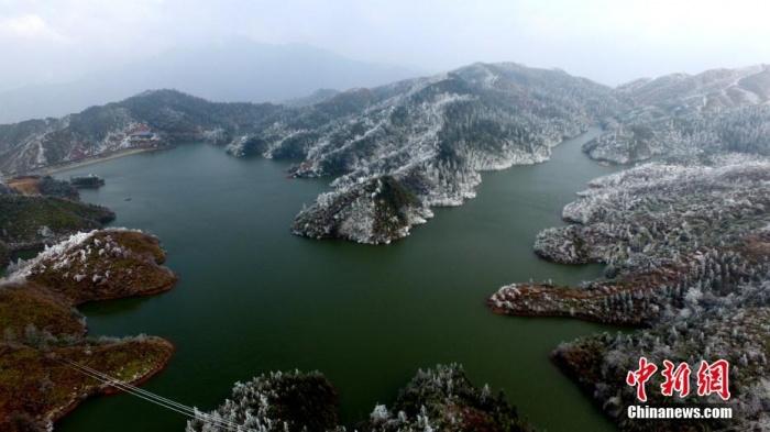 航拍广西高寒山区银装素裹 湖光山色入画来