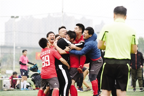 """南宁市足球黄金联赛落幕 超百场绿茵大战让球友过""""足""""瘾"""