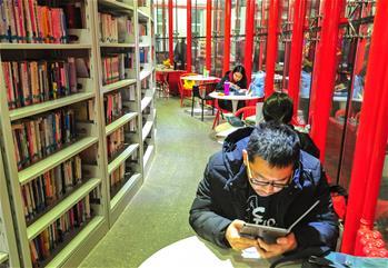 夜幕下的24小时自助图书馆
