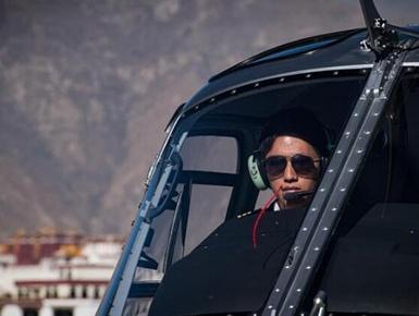 西藏首位藏族直升机飞行员