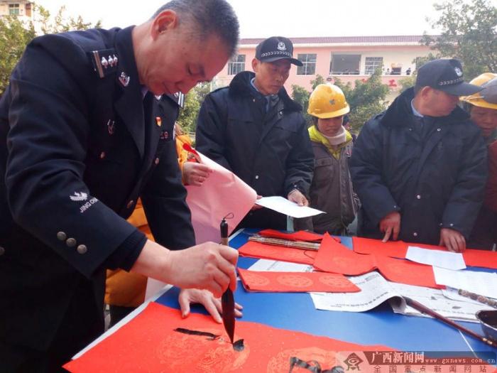警察书法家站立3小时为农民工写300幅春联