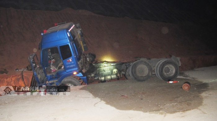 重型半挂牵引车夜间在高速路侧翻 致一人死亡(图)