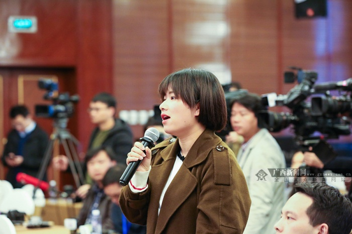 高清组图:中外记者聚焦广西代表团记者会