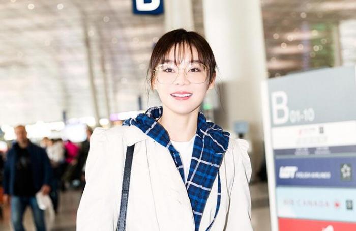 袁姗姗现身机场 青春洋溢时尚感十足