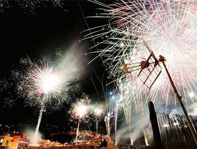 西班牙举行五月十字焰火节