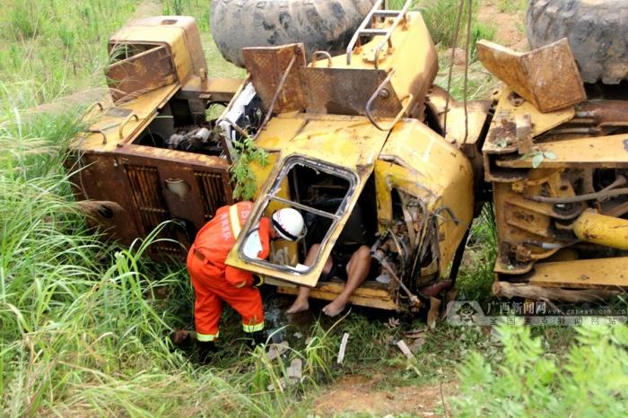 象州:铲车失慎侧翻司机被困 消防破拆救人(组图)