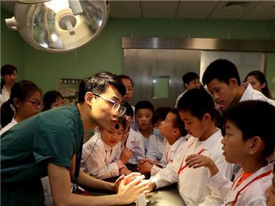 """上海:""""儿童观察团""""体验医生是怎样炼成的"""