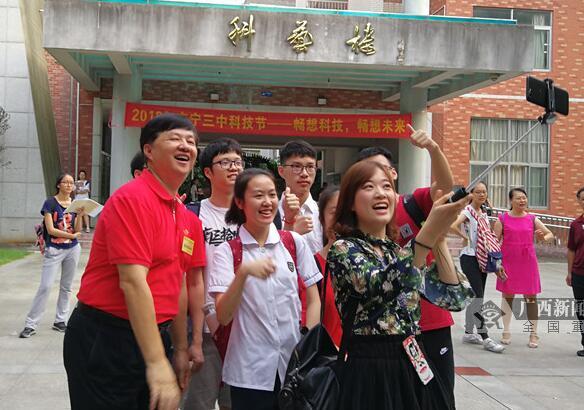 高清:高考首日南宁三中公交车送考 考生自信满满