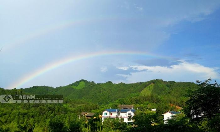 村山尾屯出现了雨后双彩虹,美丽的彩虹给桂北山区增添了一道亮丽风景.