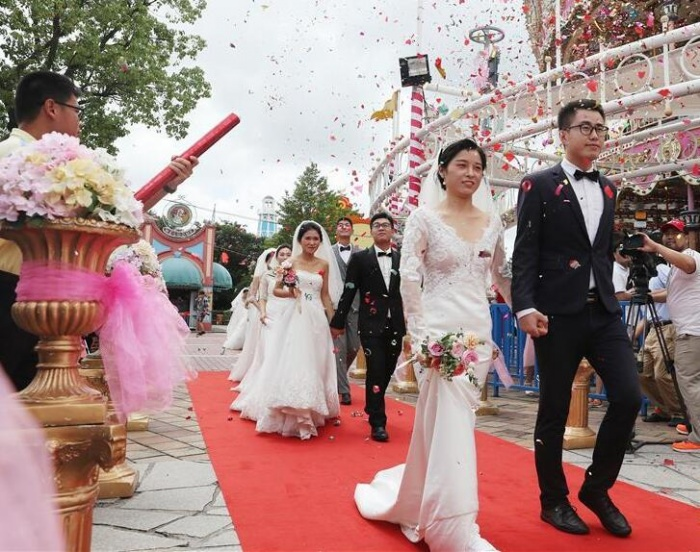 欢乐谷里的集体婚礼