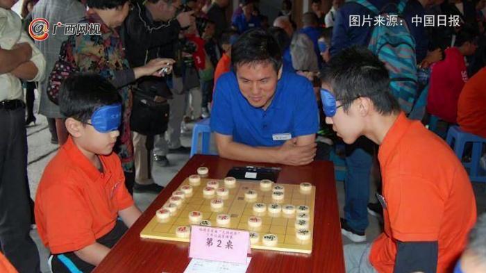 """全凭""""脑补""""!40名象棋少年盲棋对弈"""
