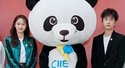 关晓彤、易烊千玺与国宝熊猫合影颜值高