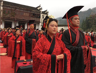 皖南古村落举行传统集体婚礼
