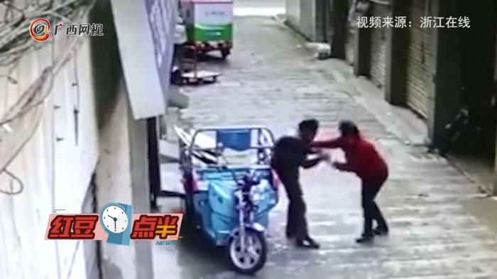 神剧情!男子偷酒被抓住 没想到报警者也是小偷