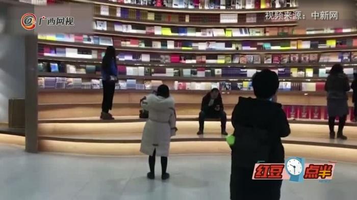 高颜值书店!360度环形书墙亮相呼和浩特