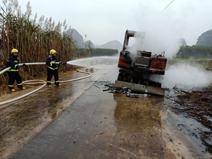 崇左一挖掘机行驶中起火 消防赶到现场快速灭火