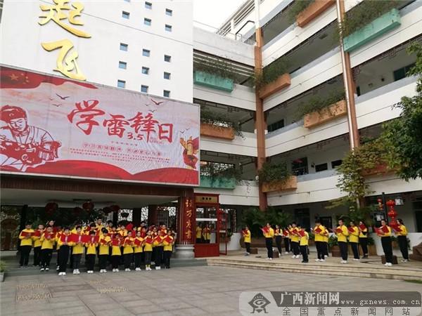 """南宁市凤翔路小学:朗读""""快闪""""歌颂雷锋精神"""