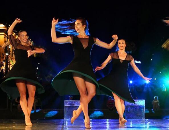地拉那举办露天芭蕾舞表演