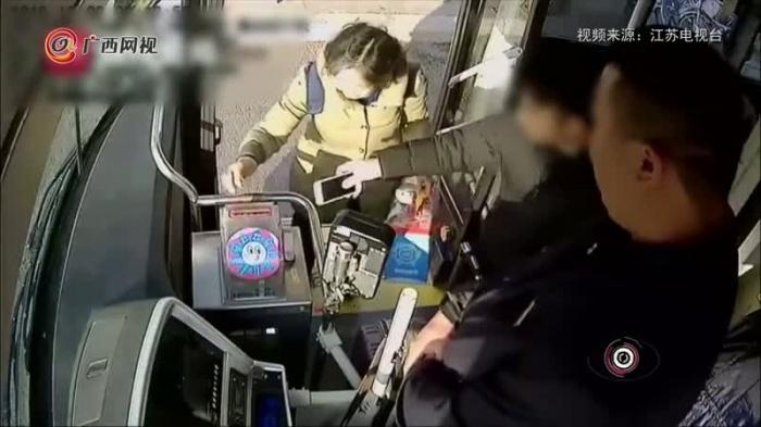 小伙坐公交直接把手机塞投币箱