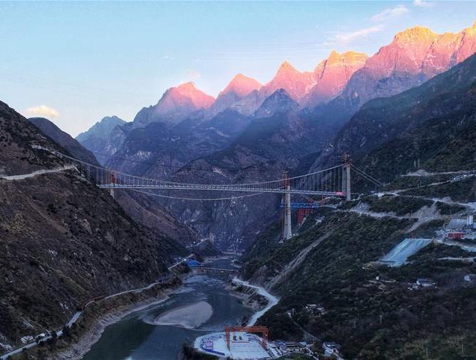 云南香丽高速公路虎跳峡金沙江特大桥合龙