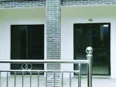 巴马一业主等8年才交房 入户门还是玻璃门