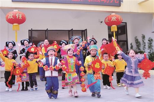 百色右江区凤凰幼儿园师生迎接牛年新春到来