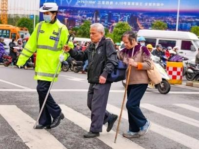 广西交警每天扶盲人过马路