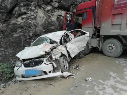 一大货车雨天侧滑撞向小车造成1死3伤