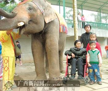 百岁寿星喜游动物园[图]
