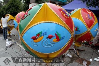 """南宁民族广场安装新型的绣球灯迎接""""三会一节"""""""