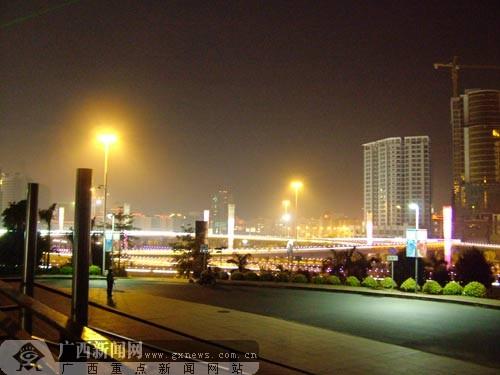 组图:南宁国际会展中心华灯璀璨 各色灯光辉映-广西