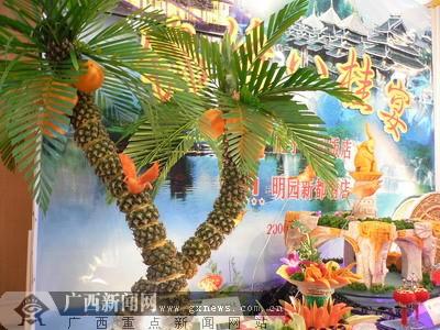 """菠萝制作而成的""""椰子树""""造型."""