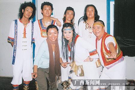 服装设计师田华(前排左一)与焦点乐队.