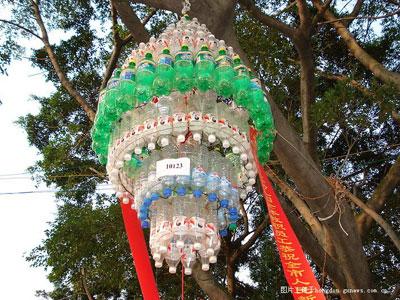 废弃的矿泉水瓶做灯笼,有创意!图片