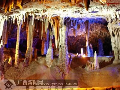位于广西永福县金钟山风景区的金钟岩是石灰岩
