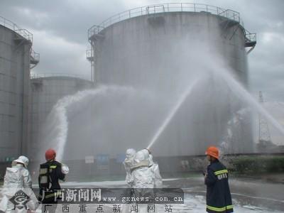 羊角山油库起大火 桂林消防开展大规模灭火演