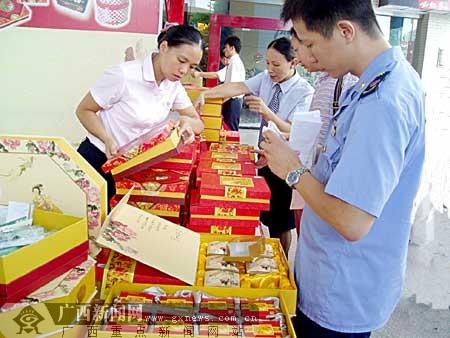 南宁专项检查月饼豪华包装 用卷尺量包装盒