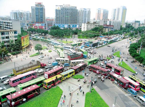 红绿灯发生故障 南宁明秀大学路口堵塞一小时