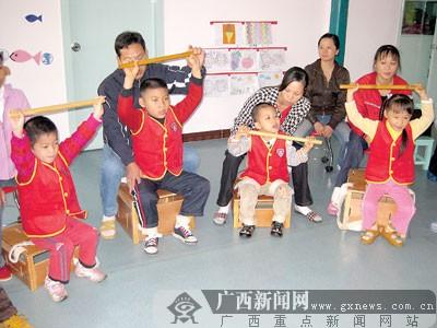 图为脑瘫儿童正在接受引导式教育.记者唐斯佳摄