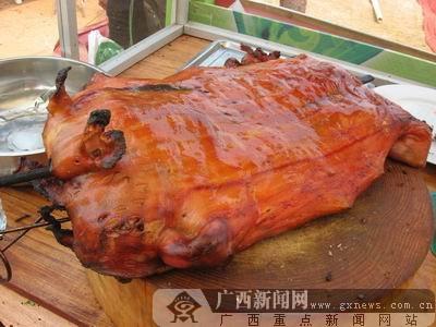 美食节上的广西美食――巴马香猪