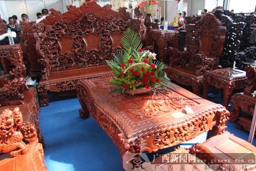 整套红木家具,包括一张床和五座沙发椅,全套售价20万左右.