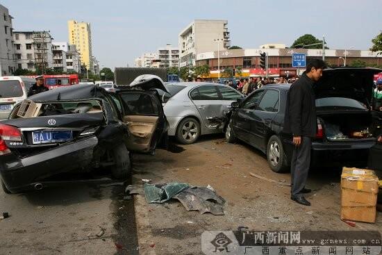 车改液化论坛成人电影_[直击]南宁北湖衡阳路口9车连环撞 名车被毁2人伤