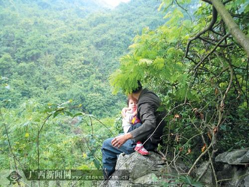 撕衣操屄_男子怀抱两岁女儿要跳山 只为逼离异妻子现身(图)