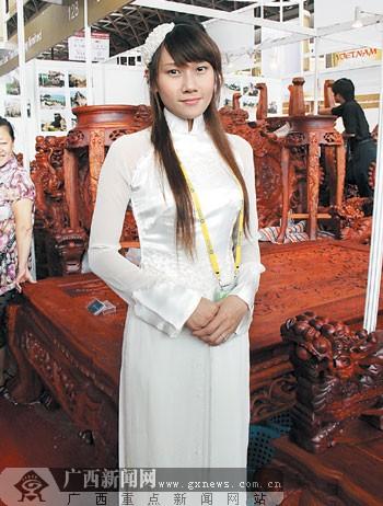 越南馆红木家具区留学生着装吸引客商(图)
