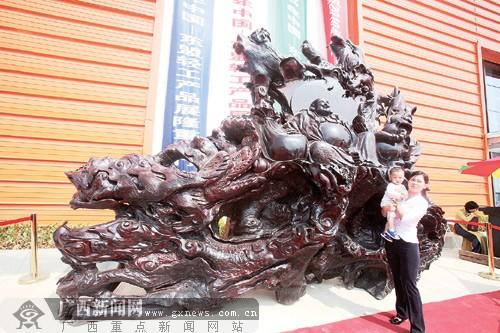7吨重红木雕亮相中国-东盟轻工产品展览会(图)