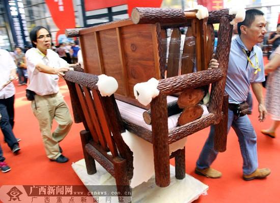 博览会现场交易量大 交易繁忙物流人员轮流吃饭
