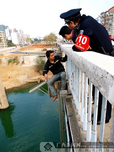 昨日下午,他甚至想在柳州市壶西大桥跳桥轻生,后被民警劝下.