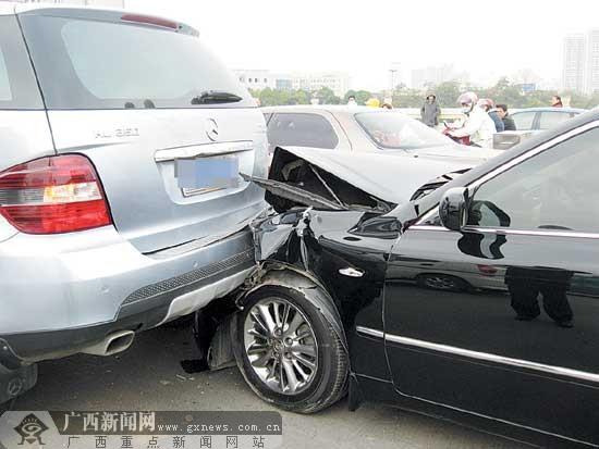 南宁市发生3辆汽车连环相撞事故 后车负全责 图高清图片